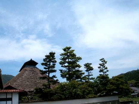 茅葺屋根の民家